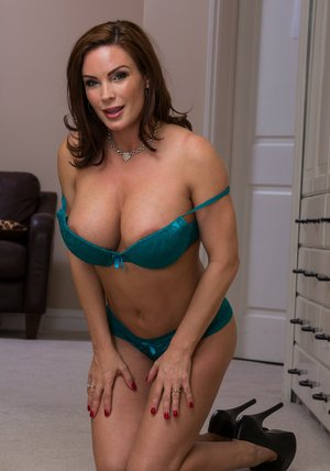 Foxy MILF on high heels Diamond Foxxx uncovering her gorgeous curves