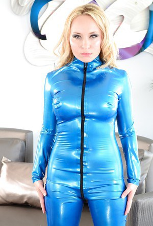 Full-bosomed MILF Aiden Starr has no lingerie under her latex suit