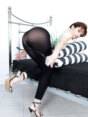 Tempting mature fetish gal exposes her ass covered with black pantyhose