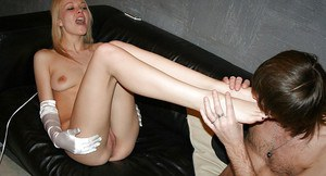 Naked amateur in white gloves gets her toes and shaved pussy licked