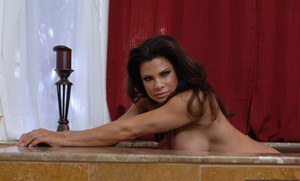 Shapely mature lady Teri Weigel showcasing her gorgeous curves in the bath