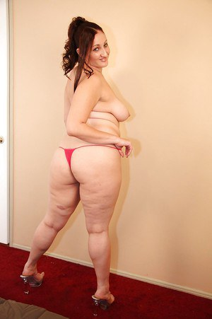 Smiley latina plumper Sonia Blaze gets rid of her clothes