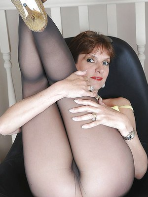 Mature fetish lady on high heels has no panties under her pantyhose