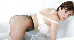 Fuckable mature fetish lady taking bath in her bra and pantyhose