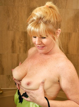 Filthy mature lady Dawn Jilling fingering hre cunt in the bath