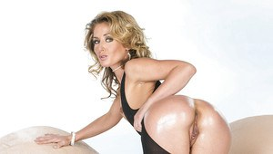 Flexy MILF Sheena Shaw exposing her sexy ass and inviting cunt