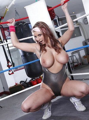 Sporty babe showcasing her massive jugs and shaved cunt in the gym