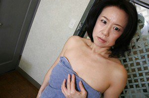 Mature asian lassie Junko Sakashita exposing her pink twat after bath