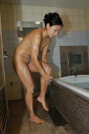 Fuckable asian MILF with nice ass Tomomi Sawamura taking bath