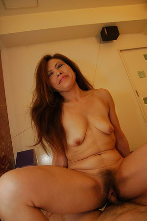 Horny asian MILF Yasuyo Kawada vibes her hairy cunt and fucks a stiff cock