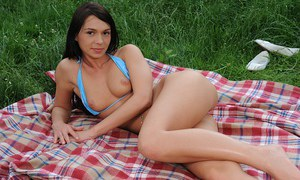 Amateur cutie Sandra Sin undressing and fingering her pussy outdoor