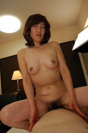 Asian MILF Setsuko Miwa gives a sensual blowjob and gets fucked