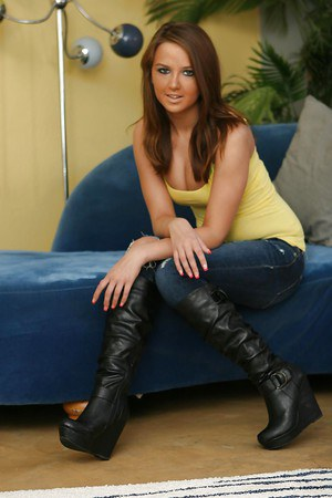 Smiley babe in blue jeans Pressley Carter uncovering her ttempting curves