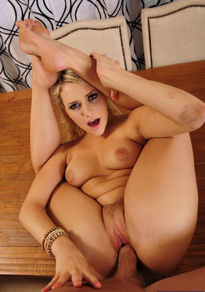 Pretty housewife Mia Malkova fucks a fat boner and gets jizzed over her belly