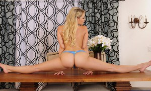 Flexy hottie with bubble fanny Mia Malkova striping and spreading her legs
