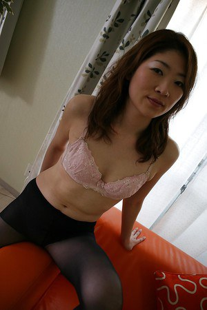 Asian MILF Miwa Nakazaki gets bottomless and has some pussy vibing fun
