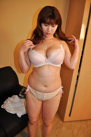 Fatty asian MILF Kumi Shibahara undressing and vibing her slit