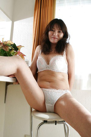 Asian MILF Michiko Sudo undressing and vibing her trimmed slit