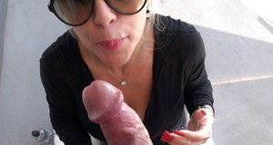 Mature lassie in sunglasses gives a handjob and takes a cumshot on her tongue