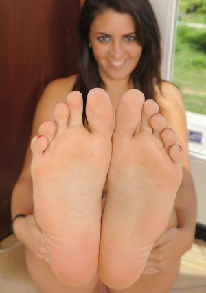 Foxy amateur Bella Luciano revealing her seductive curves and sweet soles