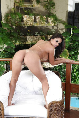 Bootylicious latina with big round tits getting rid of her lingerie