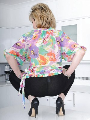 Mature fetish lady reveals her jugs and lowers her leggings to expose her ass