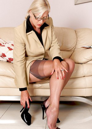 Lewd mature business lady in nylons stuffing her pussy with her high heels