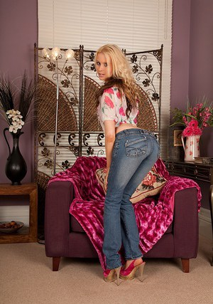 Slim blonde hottie in jeans undressing and spreading her pussy lips