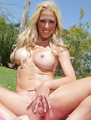 Sporty blonde knockout undressing and spreading her legs outdoor