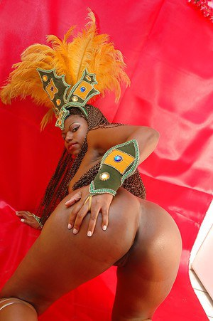 Sassy ebony chick gets rid of her snazzy outfit and exposes her booty