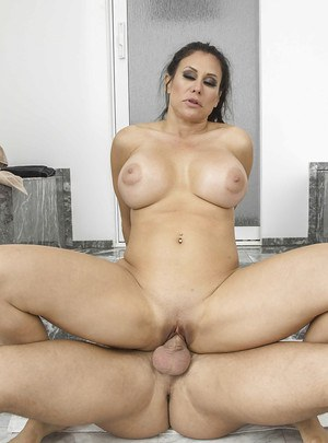 Top-heavy mature bombshell gets her twat drilled until she squirts