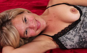 Skinny MILF with saggy tits and shaggy cooter vibing her clit