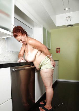 Lustful mature with fatty curves makes some wet action in the kitchen