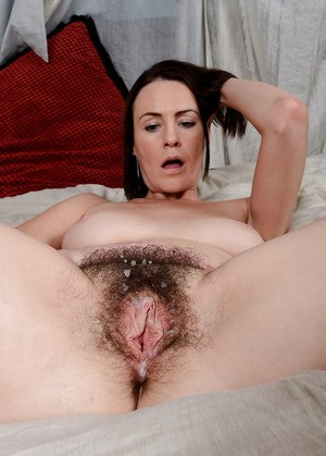 Gentle amateur milf Veronica Snow is fascinated by sperm on her bush
