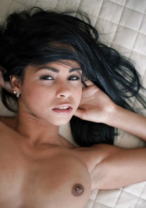 Possessing Latina babe Guilliana Alexis strokes her intimate lips