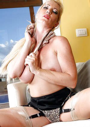 Risky mature milf in stockings is fulfilling a very frisky assignment