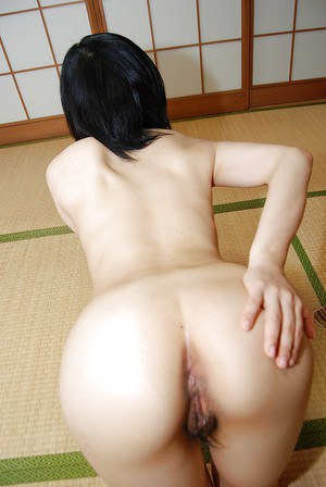 Arousing Asian milf Mami Osumi opens her hairy kingdom of wetness