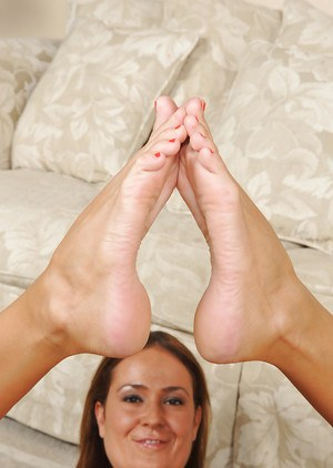 Mature bitch Elexis Monroe is sucking her toes and spreads ass cheeks