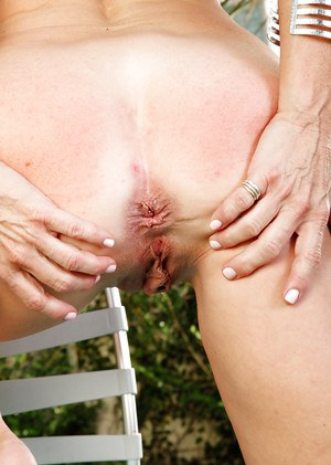 Mature woman with gorgeous ass Macy Maddison does outdoor clip