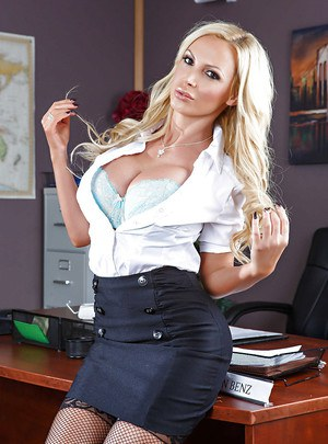 Curvaceous milf with big tits Nikki Benz proves to be nasty slut