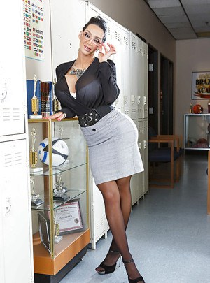 Splendid schoolgirl Amy Anderssen rubs her big tits against floor