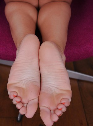 Amateur European hoe Chlo Toy proves she is the best foot fetish model