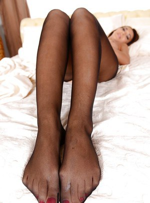 Out of this world European babe in pantyhose Alexis plays gingerly