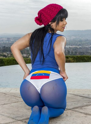 Hot Latina babe Rose Monroe wants to have ass caressing show