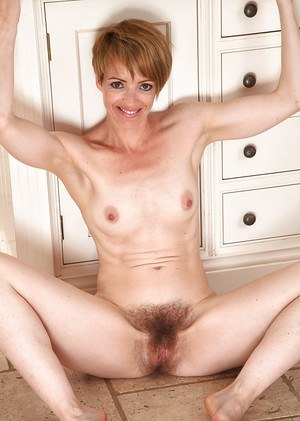 Cool amateur fox Maria is a lady with very hairy and juicy beaver