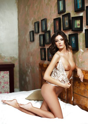 Intricate centerfold babe Sunshine stars in amateur motion picture