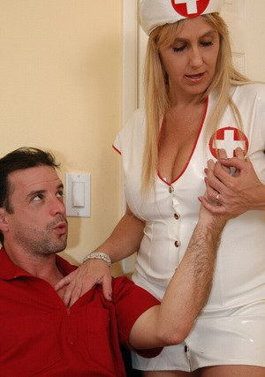 Sugary milf in uniform Wanda helps patient with nice blowjob