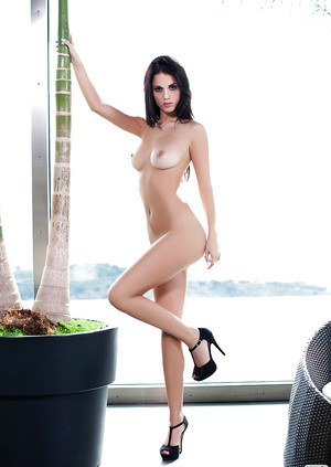 Top-class brunette babe with big tits and perfect body Carmen Vantini