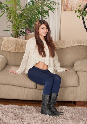 Pretty teen babe Gisele Mona spreads legs for a great amateur scene