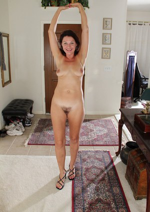 Big tits milf babe Ava Austin in an amazing close up posing